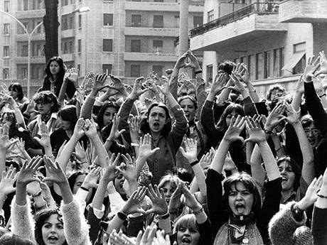 femminismo anni 70 Viene approvata la legge 903 (parità di trattamento tra  uomini e donne in materia di lavoro) che segna l avvio dell effettiva  attuazione ... 9363ad6cf64c