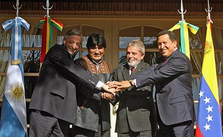 (L to R) Presidents Nestor Kirchner from
